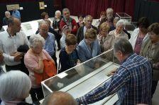 Pere Julià fent la visita guiada per l'exposició