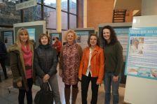 Algunes de les dones protagonistes de la mostra, durant la inauguració a la Biblioteca